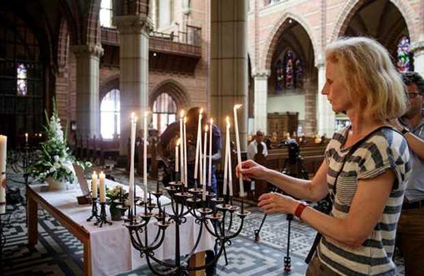 <p> Acto en memoria de los fallecidos, en una iglesia protestante holandesa / El Mundo</p> ,