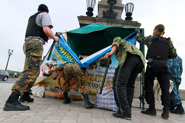 <p> Milicianos prorrusos armados desmontan tienda de oraci&oacute;n en Donetsk. / Institute for Religious Freedom.&nbsp;</p> ,