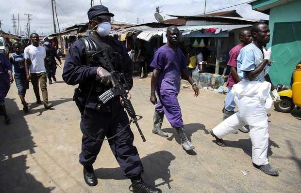<p> Fuerzas de seguridad con mascarillas por la propagaci&oacute;n del &eacute;bola / Efe</p> ,