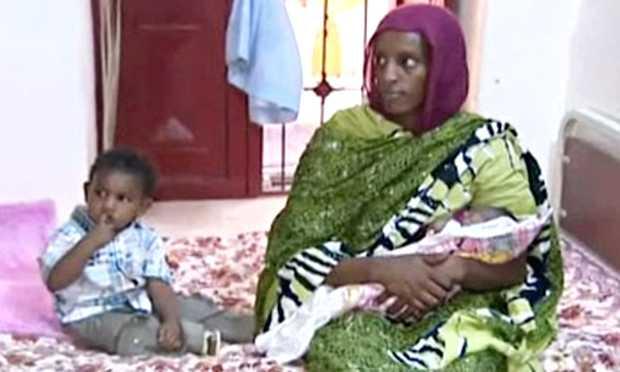 <p> Meriam sostiene a su hija reci&eacute;n nacida junto a su hijo de 20 meses, en su celda / The Guardian</p> ,