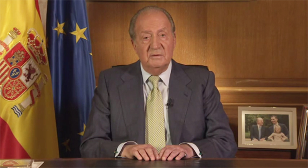 <p> Juan Carlos I anuncia su abdicaci&oacute;n a la Corona, en un mensaje institucional. / RTVE</p> ,