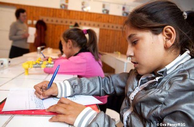 <p> Ni&ntilde;os gitanos en una escuela de Ruman&iacute;a / Eva Parey, FSG</p> ,