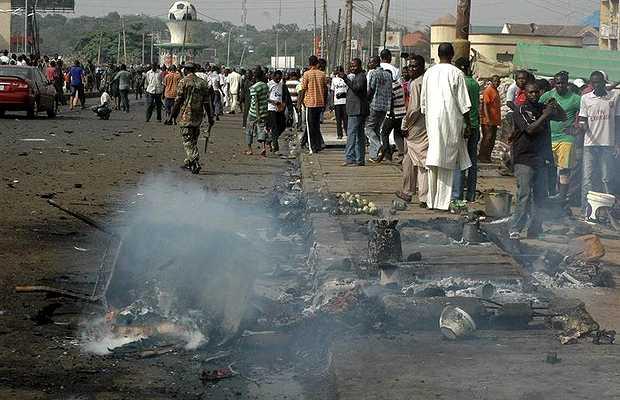 <p> &nbsp;Restos de uno de los coches-bomba tras el atentado</p> ,