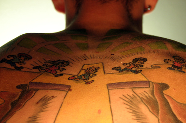 <p> Joven tatuado con una cruz. / jando, freeimages.com</p> ,