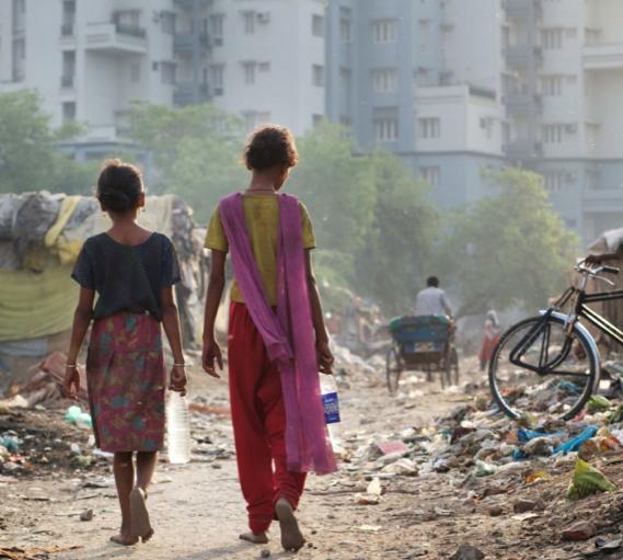 <p> Vivienda de las clases medias acomodadas se elevan sobre las comunidades hacinadas en Lucknow, India. / Tom Pietrasik, Oxfam.</p> ,