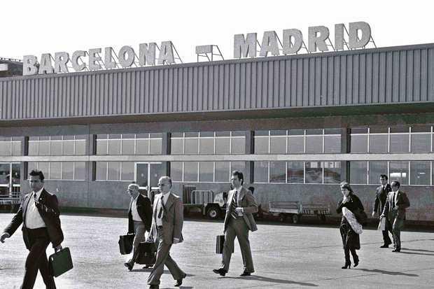 <p> &copy; Manuel L&oacute;pez. Primeros vuelos del Puente A&eacute;reo Madrid-Barcelona. Aeropuerto de Barajas, Madrid, 4 de noviembre de 1974. De la exposici&oacute;n fotogr&aacute;fica itinerante&nbsp; Manuel L&oacute;pez. Im&aacute;genes 1966-2,