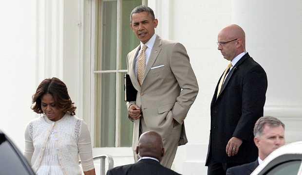 <p> La familia Obama sale de la Casa Blanca para acudir al culto de Pascua</p> ,