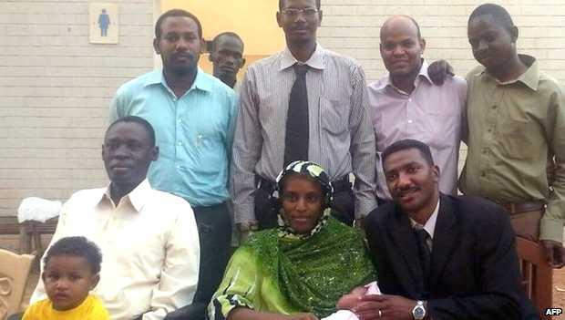 <p> Meriam con su esposo (izda), sus hijos y el equipo legal tras su liberaci&oacute;n en Jartum el pasado lunes / BBC</p> ,