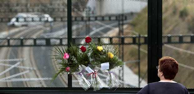 <p> Flores en recuerdo de las v&iacute;ctimas en un puente pr&oacute;ximo al lugar del accidente de tren / Efe, Cabalar</p> ,